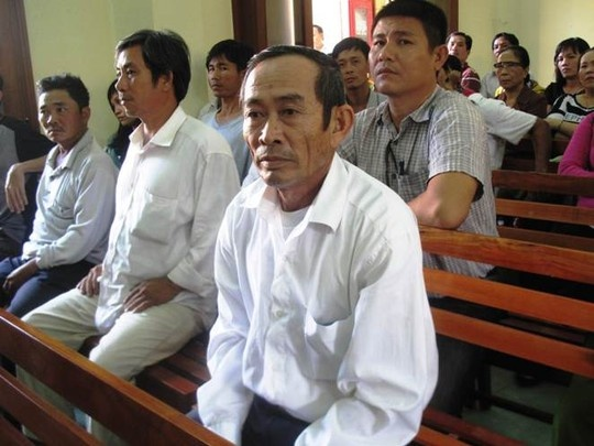 Vu cong an dung nhuc hinh: Cha bi cao Thanh keu oan hinh anh 2 Ông Nguyễn Văn Thân theo dõi phiên tòa xét xử con mình.