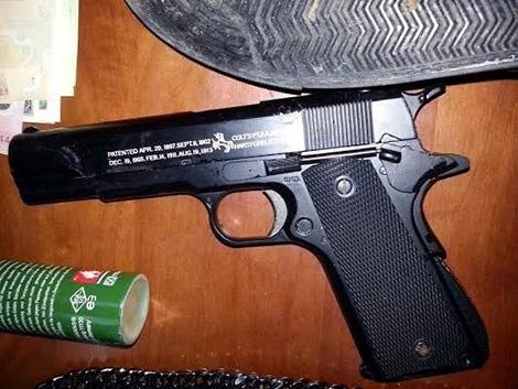 Nhung tiet lo chua cong bo trong vu tham an o Binh Phuoc hinh anh 3 Khẩu súng bắn bi do Dương trang bị để gây án.