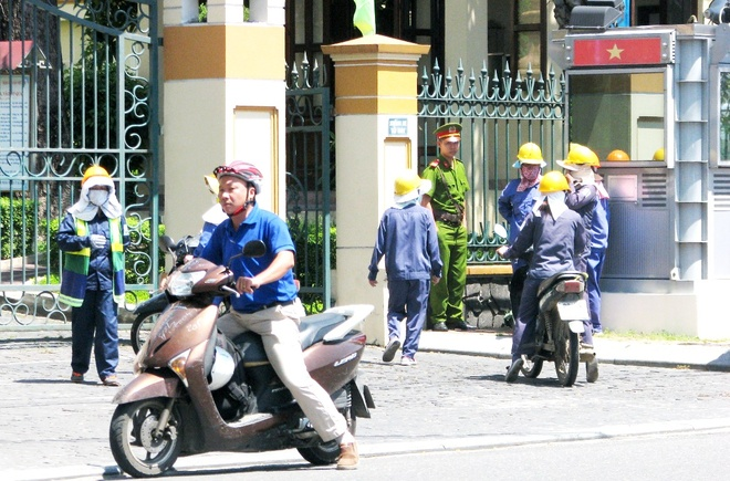 Cong nhan den Thanh uy Da Nang keu cuu hinh anh