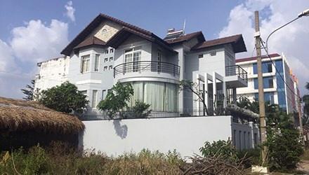 Biet thu dai gia Sai Gon bi trom khoang tien ty hinh anh 1 Căn biệt thự ven sông Sài Gòn của gia đình ông Cung bị trộm đột nhập.