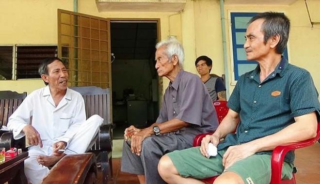 Se boi thuong luon chi phi keu oan cua ong Huynh Van Nen hinh anh 1 Ông Huỳnh Văn Nén (bìa phải) và cha Huỳnh Văn Truyện đến thăm nhà ông Nguyễn Thận (bìa trái).