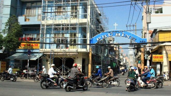 Đoạn đường Lạc Long Quân (khu vực nhà thờ Phú Bình) - nơi bà Nữ bị cướp giật, ngã xe chấn thương sọ não tử vong.