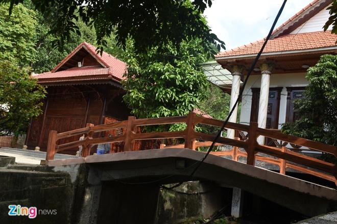 Lối vào khu biệt thự cũng được làm cầu theo kiến trúc cổ xưa.