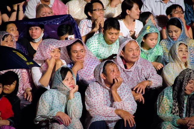 Nghin nguoi doi mua xem Festival Hue 2016 hinh anh
