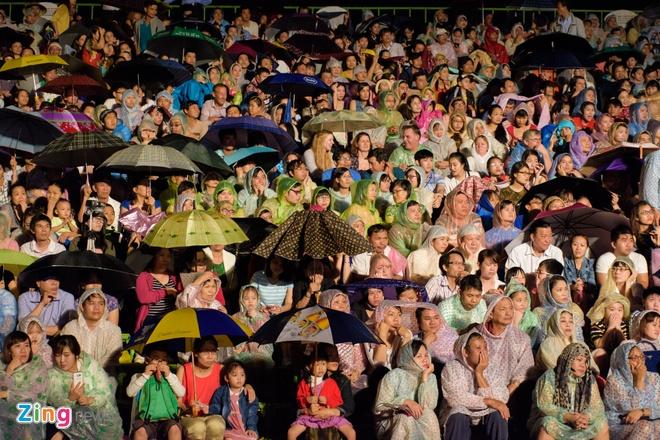 Khan gia doi mua xem khai mac Festival Hue 2016 hinh anh 2