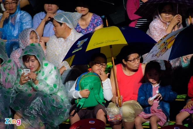 Khan gia doi mua xem khai mac Festival Hue 2016 hinh anh 6