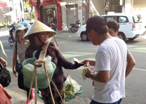 Khach Trung Quoc hanh xu vo van hoa voi mot phu nu Da Nang hinh anh 1