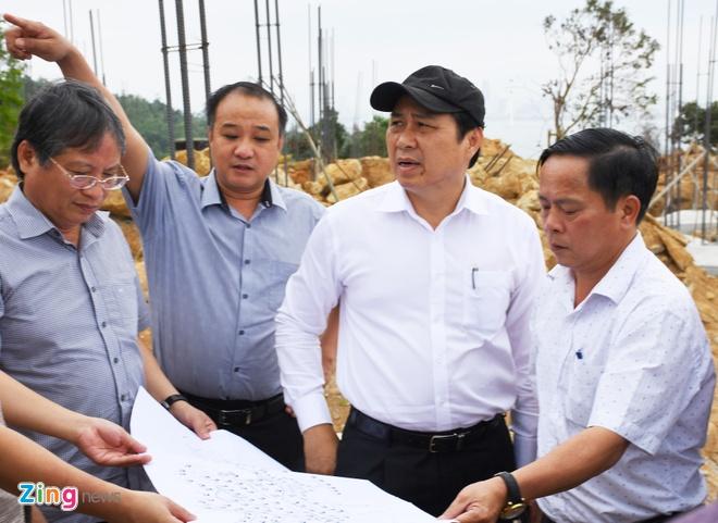 Chu tich Da Nang Huynh Duc Tho kiem tra cong trinh trai phep xay khach san tren nui Son Tra anh 8