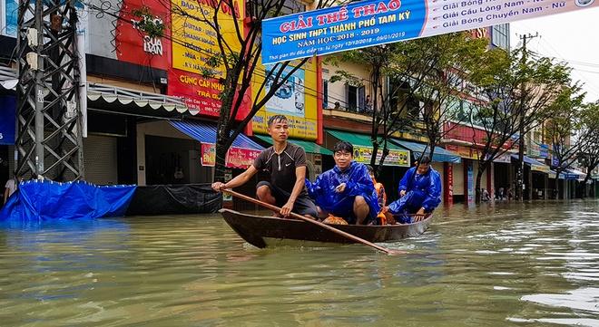 Quốc lộ 1A ngập sâu 1 m, tỉnh Quảng Nam bị chia cắt do mưa lũ
