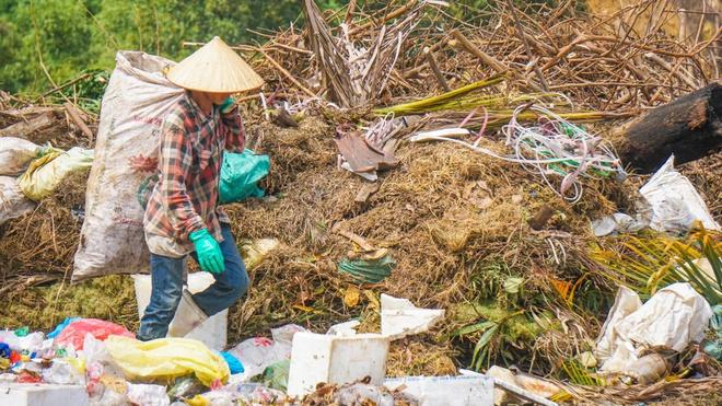 Bãi rác cao hơn đầu người ở Đà Nẵng sắp quá tải