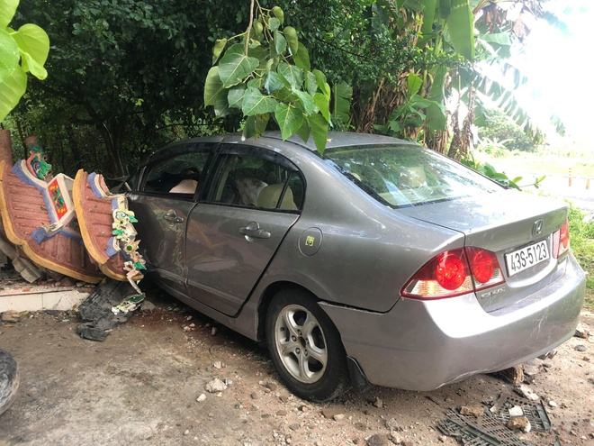 Honda Civic tong sap tuong mieu Ong Ho o Son Tra, 2 nguoi bi thuong hinh anh 1