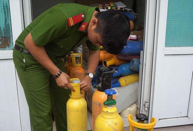 Phat hien 78 binh khi cuoi trong xe tai o Da Nang hinh anh