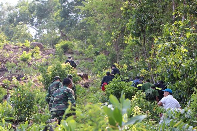 Lực lượng chức năng băng rừng tìm kẻ trốn trại giam. Ảnh: Thanh Đức.