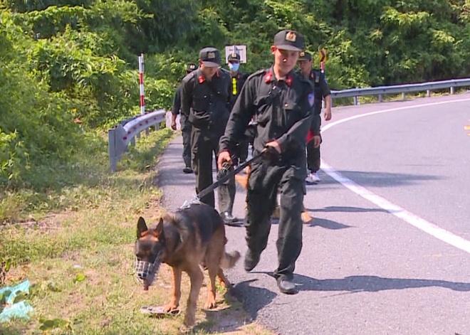 Công an, quân đội đưa chó nghiệp vụ đến hiện trường truy bắt Sự. Ảnh: Đoàn Nguyên.