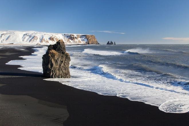 Bi an bai bien cat den va con quy keo thuyen tai Iceland hinh anh