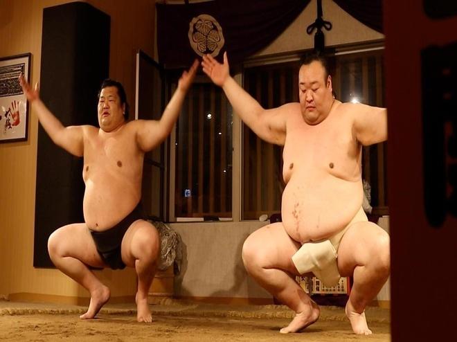 Nha hang 'quai dan', khach dang an lao vao vat nhau cung sumo hinh anh