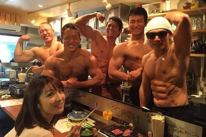 Nhà hàng trai đẹp 6 múi thu hút chị em ở Nhật Bản