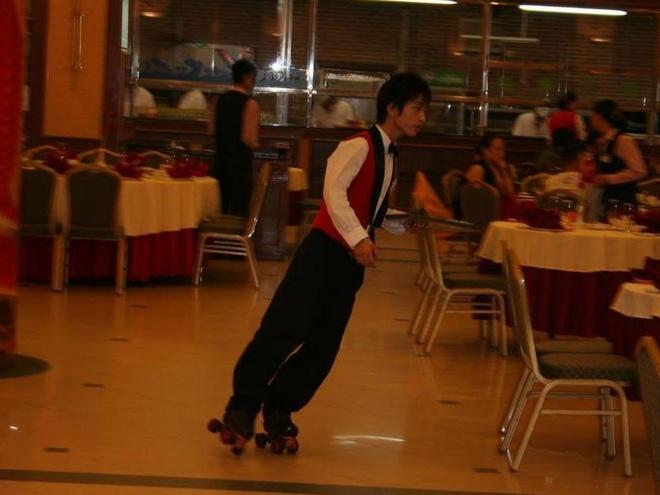 Bồi bàn trượt patin đem đồ ăn cho khách như nghệ sĩ