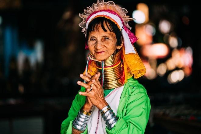 Những bộ tộc kỳ lạ, tự đục môi và giãn cổ làm đẹp