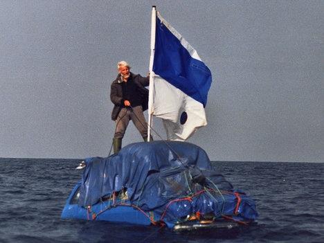 Người đàn ông phượt xuyên Đại Tây Dương bằng ôtô nổi trên nước