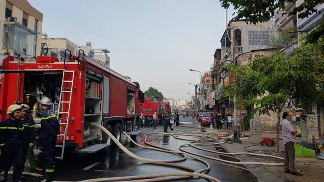 Cháy quán bar ở Sài Gòn, nhiều người hoảng loạn chạy thoát thân