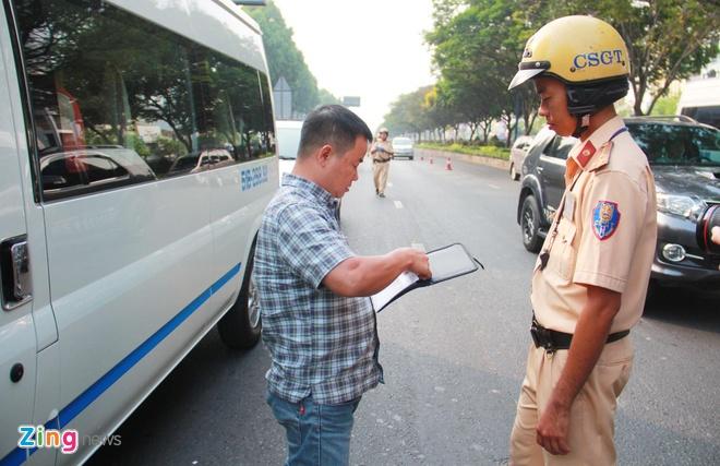 Tài xế ngỡ ngàng khi CSGT ra quân xử phạt người không thắt dây an toàn