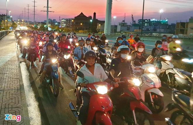 Chay xe may tren cau Binh Loi, giao thong un tac hon 2 km hinh anh 2