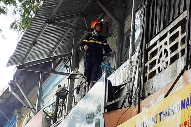 Cháy nhà ở trung tâm TP.HCM, dân ôm tài sản tháo chạy