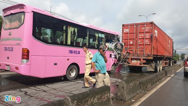 Oto khach tong xe container o Sai Gon, 4 nguoi bi thuong hinh anh 1