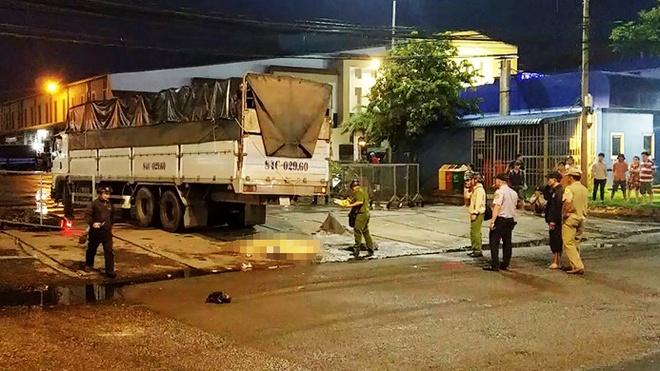 Xe tải cán chết người phụ nữ gần chợ đầu mối Bình Điền