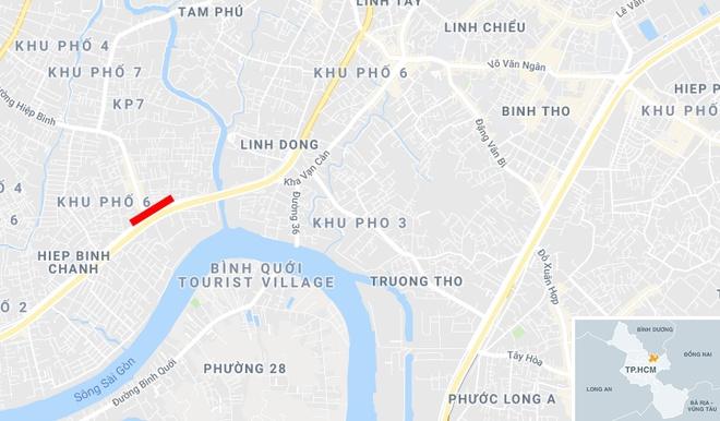 Xe tai cho xi mang bi lat, dai lo Pham Van Dong un tac 3 km hinh anh 2