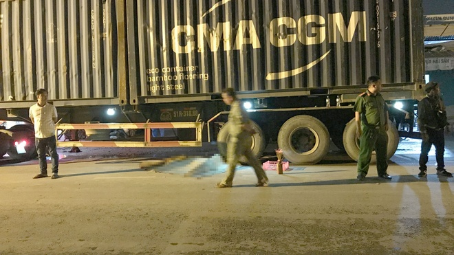Va cham xe container trong dem, nam thanh nien tu vong