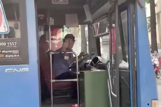 Sa thai tai xe xe buyt phun nuoc bot vao nguoi di duong hinh anh 1