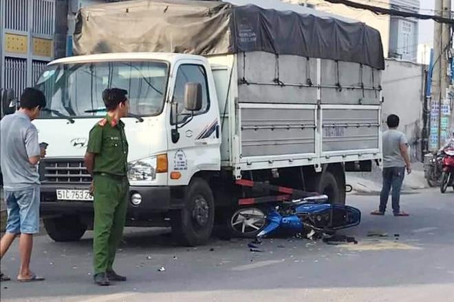 Bị giật điện thoại, hai cha con tông vào xe tải