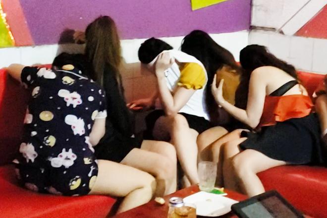 Nu tiep vien khoa than trong quan karaoke o Dong Nai hinh anh 1 Capture.png