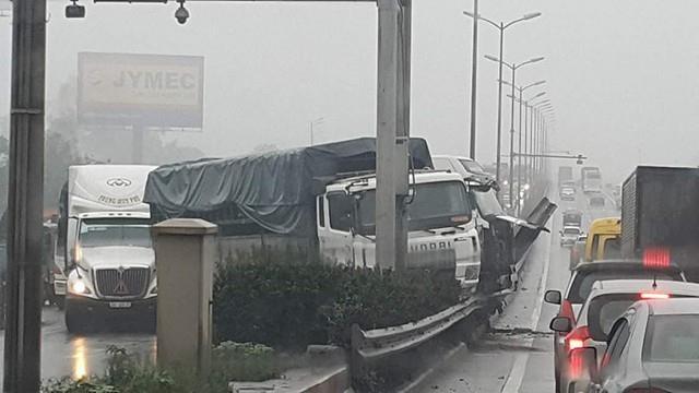 Tai nan lien hoan giua 3 xe container tren cau Thanh Tri hinh anh