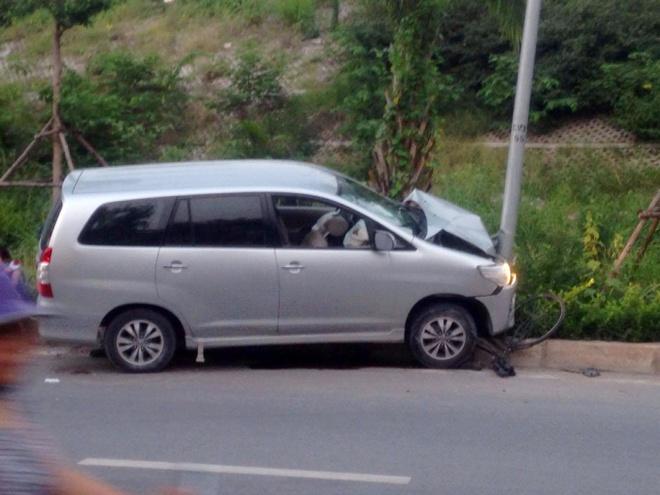 Toyota Innova dam lien hoan tren pho, 4 nguoi bi thuong hinh anh 1