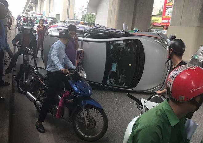 Taxi lat ngang duoi ham chui Nguyen Trai, giao thong un tac hinh anh 1