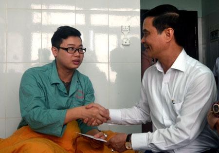 Chong san phu goi 15 nguoi den hanh hung bac si hinh anh