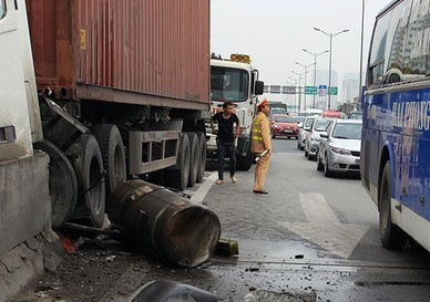 Xe container chom len dai phan cach, duong vanh dai te liet hinh anh 2