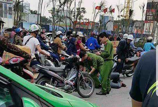 Tai xe oto cho khach hanh hung canh sat hinh anh
