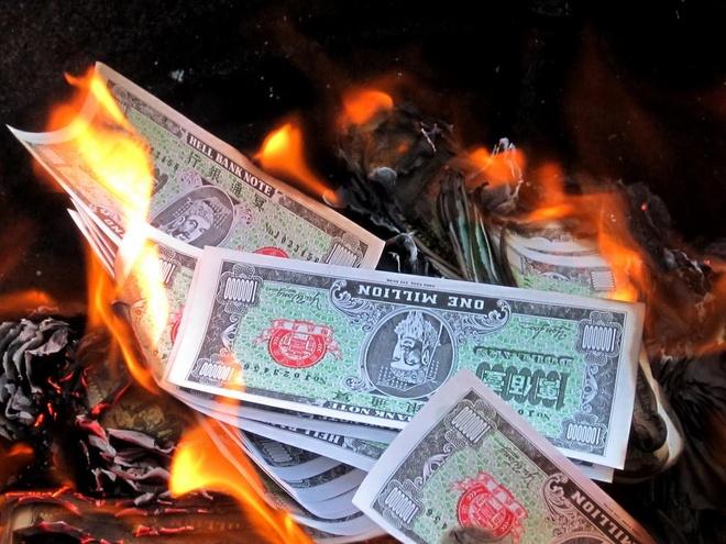 Trung Quốc khuyên người dân không đốt vàng mã vì quá giống tiền thật - Tiêu  dùng