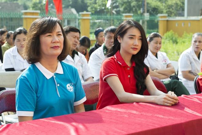Sau Canh dieu vang, Nha Phuong len vung cao trao qua cho ba con ngheo hinh anh 1