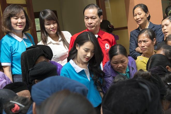 Sau Canh dieu vang, Nha Phuong len vung cao trao qua cho ba con ngheo hinh anh 7