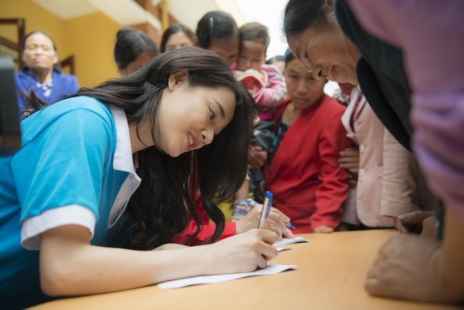 Sau Canh dieu vang, Nha Phuong len vung cao trao qua cho ba con ngheo hinh anh 8