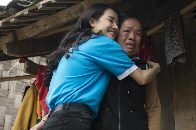 Sau Canh dieu vang, Nha Phuong len vung cao trao qua cho ba con ngheo hinh anh