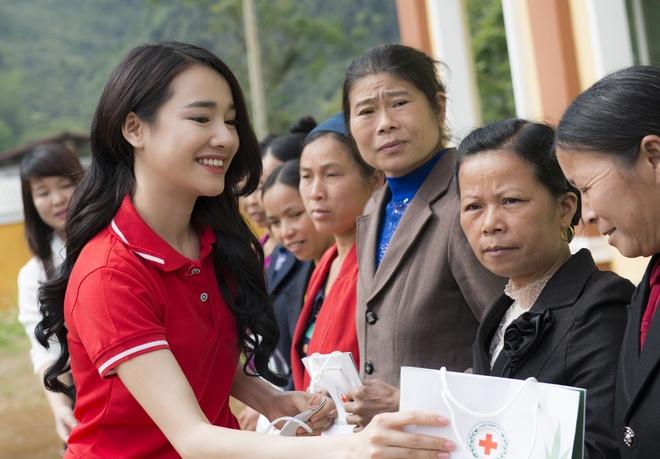 Sau Canh dieu vang, Nha Phuong len vung cao trao qua cho ba con ngheo hinh anh 3
