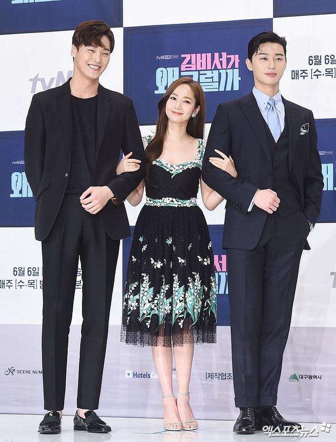 Ngày 30/5, ba diễn viên chính trong bộ phim hài lãng mạn What's Wrong with  Secretary Kim cùng xuất hiện trong buổi họp báo ra mắt khán giả.
