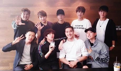 Hoc van cap cao dang nguong mo cua thanh vien Super Junior, DBSK, EXO hinh anh