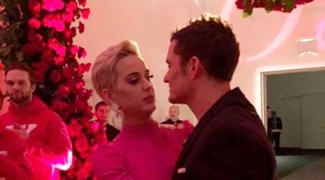 Orlando Bloom cau hon Katy Perry dung vao ngay le tinh nhan hinh anh